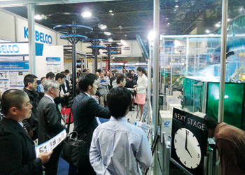 The Kobelco demonstration corner attracts many visitors with cutting-edge technologies.